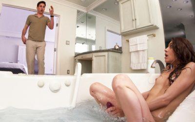 Stiefzus geeft Stepbro Bathtub BJ