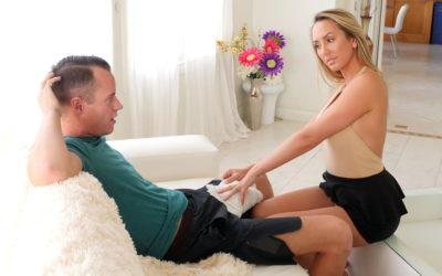 Geile stiefmoeder masseert de enorme lul van stiefzoon